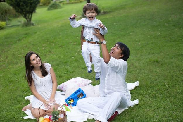 Familie picknicken in het park