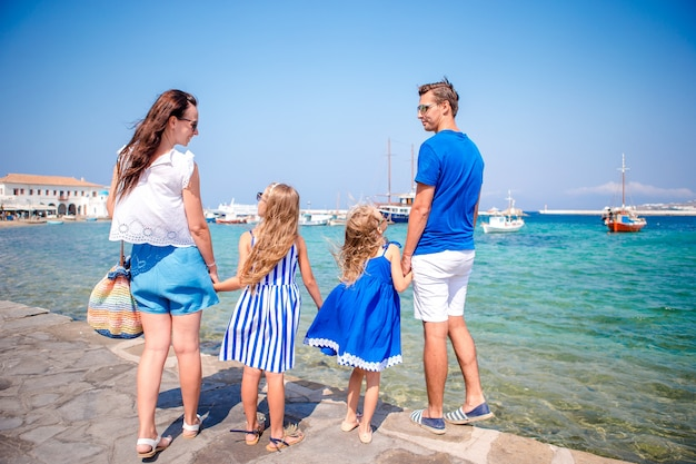 Familie plezier buitenshuis op mykonos straten