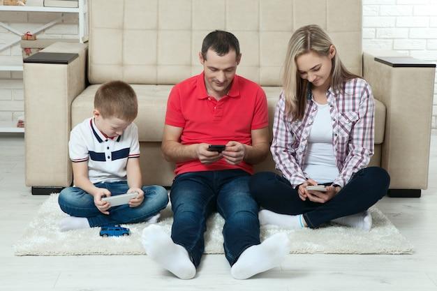 Familie plezier chating op internet met laptop. familie plezier chating op internet met laptop. drie mensen communiceren thuis via skype in de woonkamer.