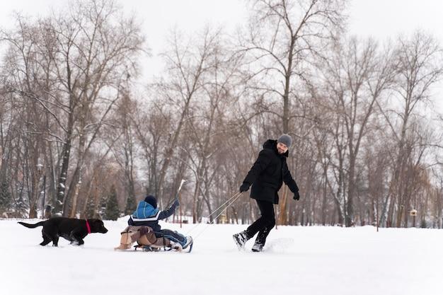 Familie plezier in de sneeuw