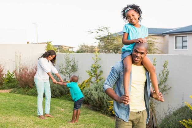 Familie plezier in de tuin