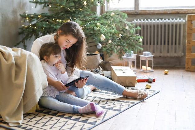 Familie plezier in eerste kerstdag