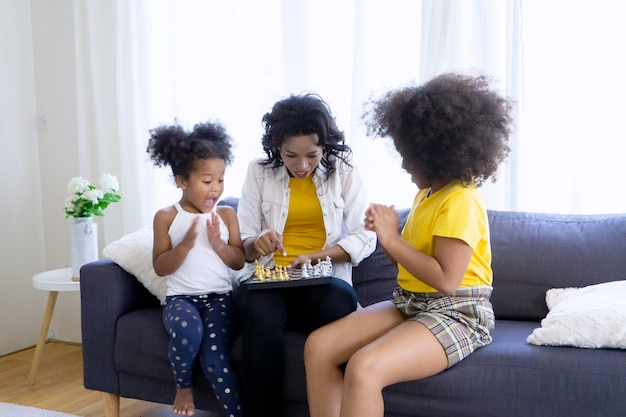 Familie plezier samen schaken in de woonkamer