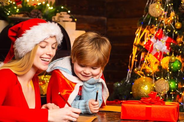 Familie plezier thuis kerstboom