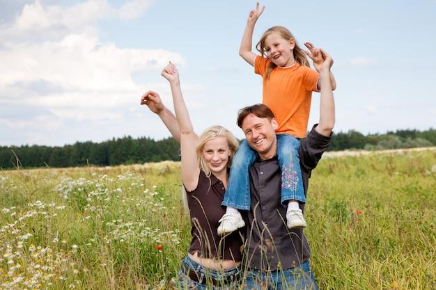 Familie poseren in een grasveld