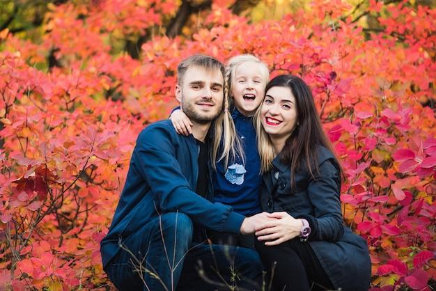Familie poseren samen buiten in de natuur