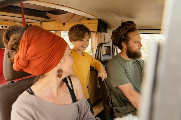 Familie reist met de auto