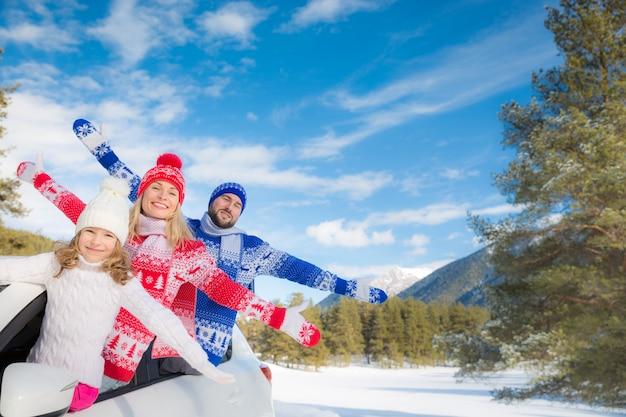 Familie reizen met de auto mensen plezier in de bergen vader moeder en kind op wintervakantie winter