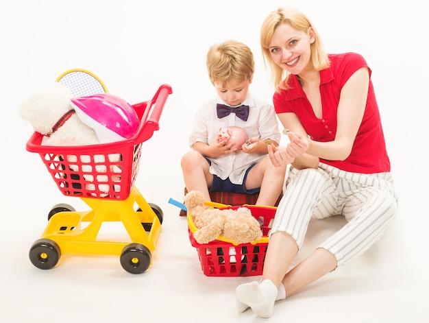Familie relaties. zoon met moeder speelt in winkel. supermarkt spelen.