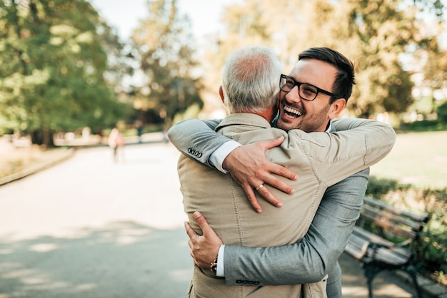 Familie reunie. vader en zoon knuffelen buitenshuis.