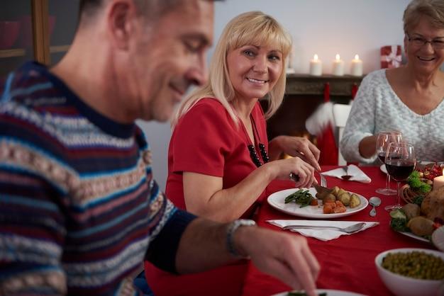 Familie rond de tafel op kerstavond