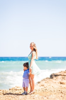 Familie rust op de zee en veel plezier op een zonnige dag.