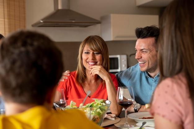 Familie samen aan het dineren