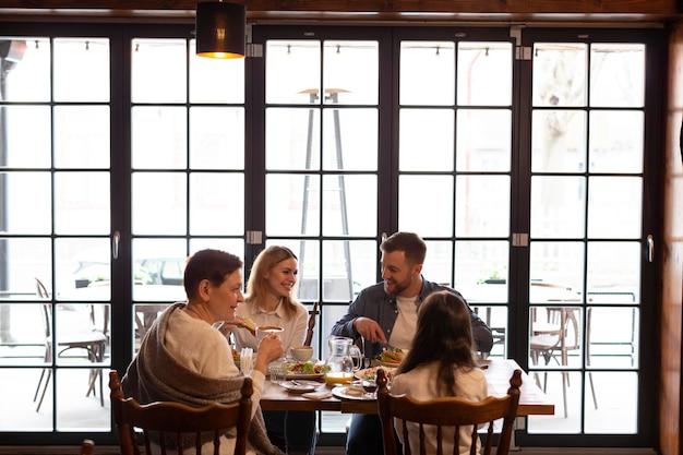 Familie samen eten aan tafel