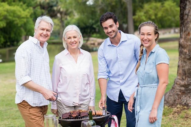 Familie samen genieten in park