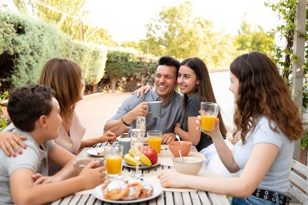 Familie samen lunchen in de buitenlucht