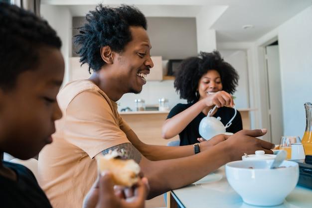 Familie samen ontbijten thuis.