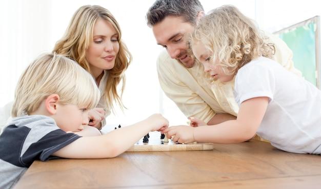 Familie schaken op een tafel