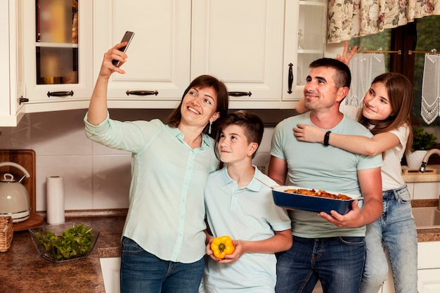 Familie selfie te nemen in de keuken voor het diner
