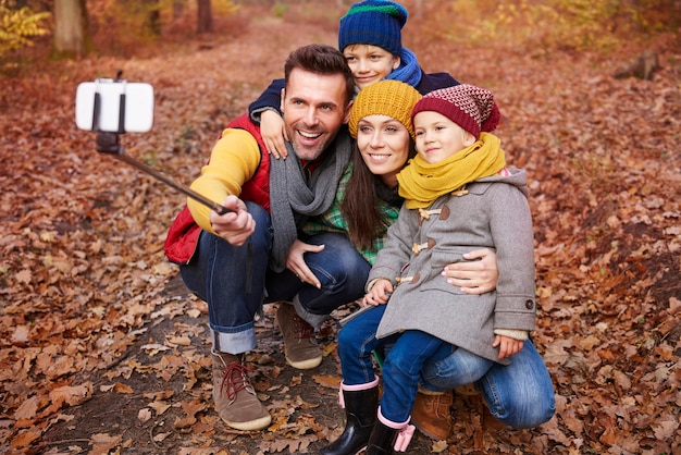 Familie selfie van reis naar bos