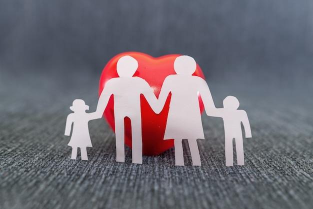 Familie silhouet en rood hart. wereld familiedag