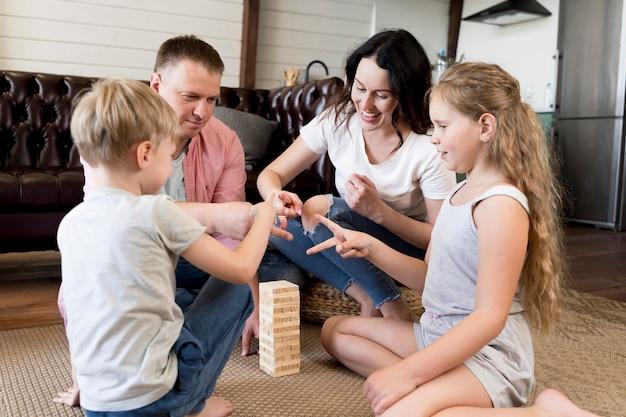 Familie speelspel in de woonkamer