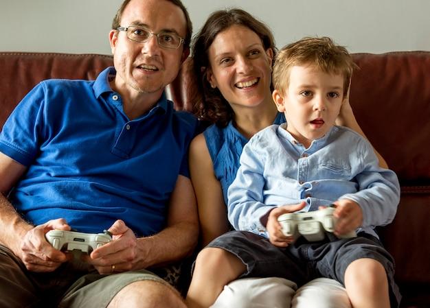 Familie speelspel op de weekendactiviteit in de woonkamer
