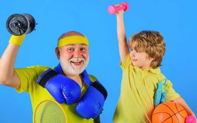 Familie sporten. opa en kleinzoon trainen samen. grootvader en kind doen ochtendoefeningen.