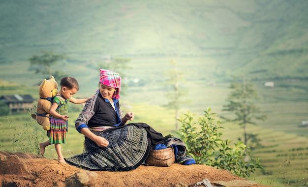 Familie stammoeder en dochter in rijstterrassen, turkije le lao cai, vietnam