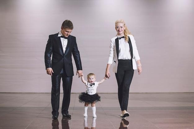 Familie stijlvol en modieus gekleed