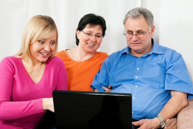 Familie surfen op het net