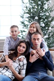 Familie thuis met kerstmis