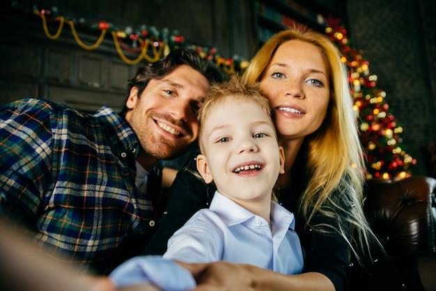 Familie thuis portret. ouders en zoon samen tijd doorbrengen