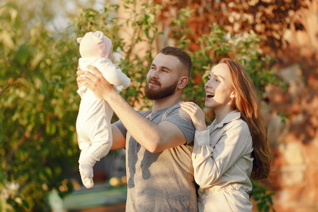 Familie tijd doorbrengen in een zomertuin