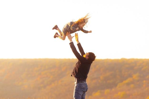 Familie tijd. foto van vader die met dochter speelt, overgeven en vangen