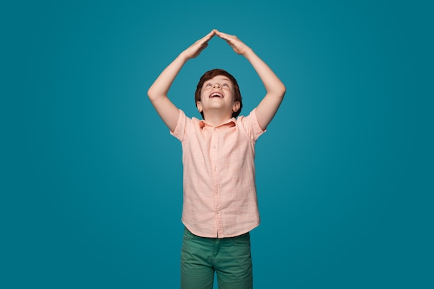 Familie tijd gelukkige jeugd concept gezinszorg jongen die het dakbord gebaart
