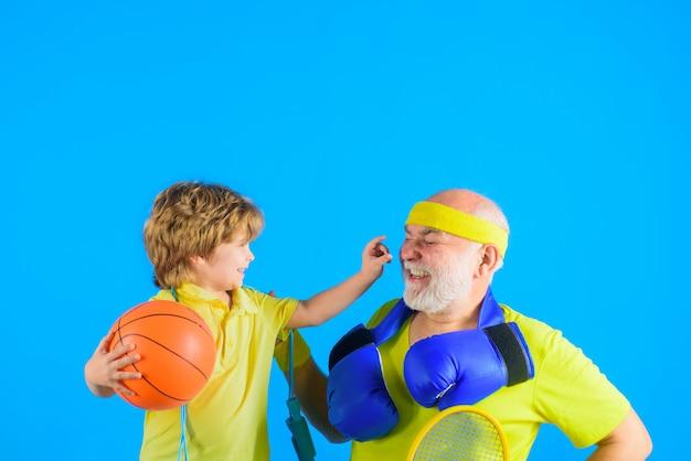 Familie tijd grootvader en kind spelen familie sport oude man met halters portret van gezond
