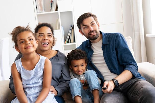Familie tijd samen binnenshuis doorbrengen
