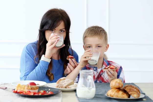 Familie tijdens het ontbijt