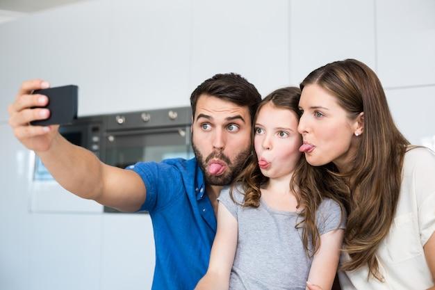 Familie tong uitsteekt tijdens het klikken selfie