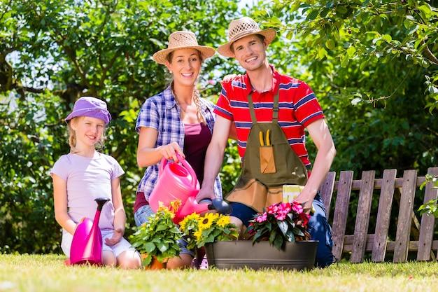 Familie tuinieren in tuin werken