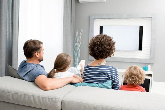 Familie tv-kijken in de woonkamer