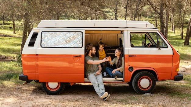 Familie-uitstapje met auto rusten