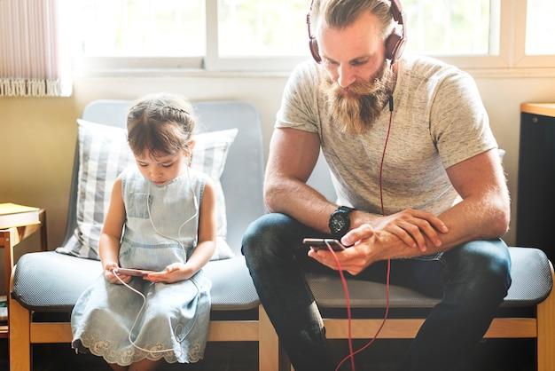 Familie vader dochter liefde ouderschap luisteren muzieksamenhorigheid concept