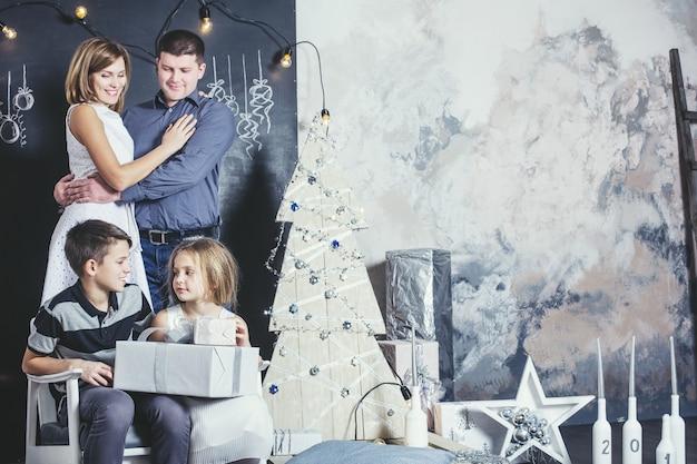 Familie, vader, moeder en kinderen blij met een mooie glimlach om thuis samen kerstmis te vieren