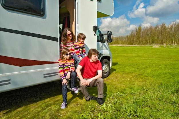 Familie vakantie rv reizen met kinderen blije ouders met kinderen veel plezier op reis in camper
