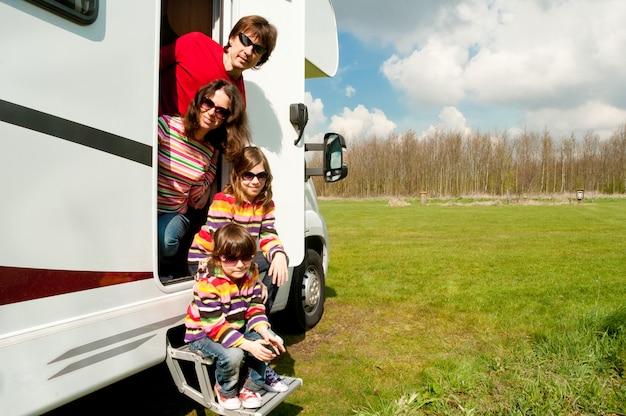 Familie vakantie, rv reizen met kinderen, gelukkige ouders met kinderen op vakantiereis in camper