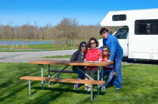 Familie vakantie, rv reizen met kinderen, gelukkige ouders met kinderen veel plezier op vakantiereis in camper, camper buitenkant