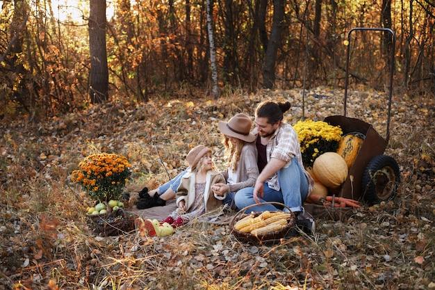 Familie van boeren op een picknick in de herfst