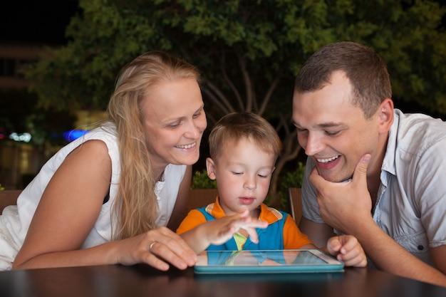 Familie van drie met pad in terras
